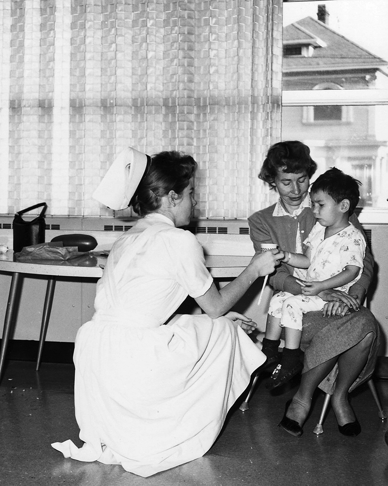Permanente nurse tending to a child patient