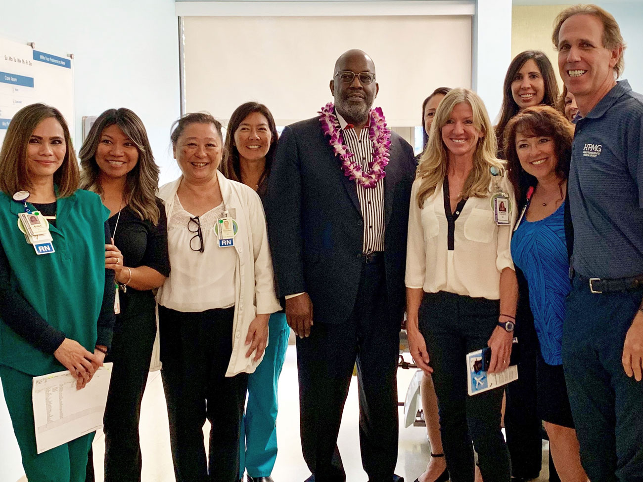 Bernard J. Tyson posing with a group of Kaiser Permanente nurses from Hawaii