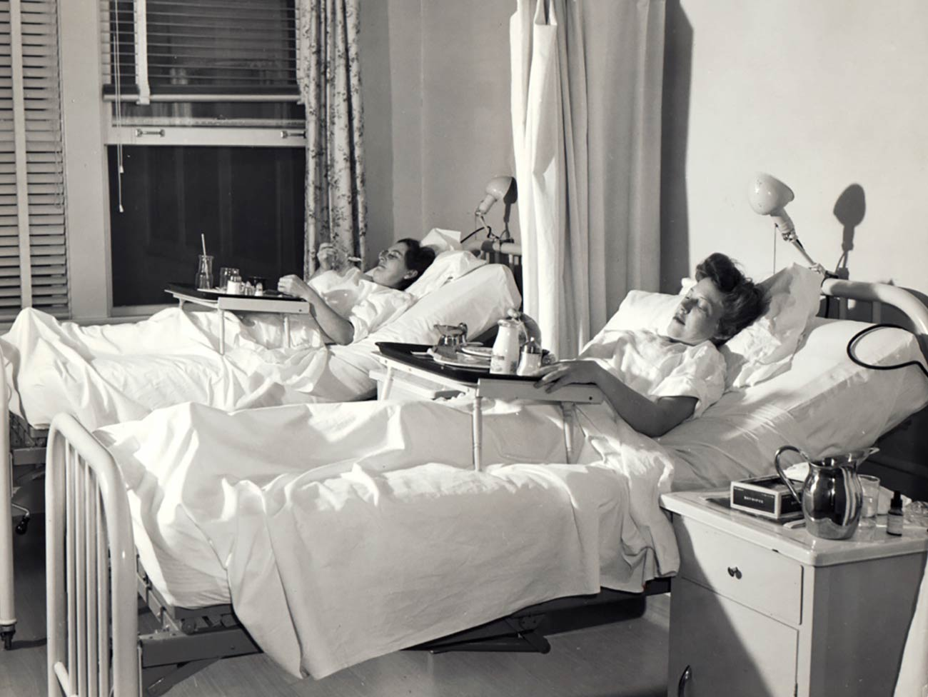 2 women in hospital beds in the same room at a Kaiser Permanente hospital in 1944.