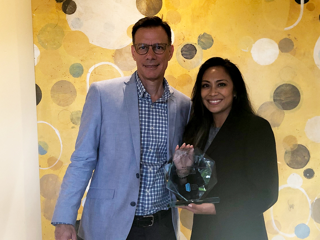 Maria Dee, executive director of Workforce Well-Being at Kaiser Permanente, accepts the award for Best Employers: Excellence in Health and Well-Being from Brian Marcotte, president and CEO of the National Business Group on Health.