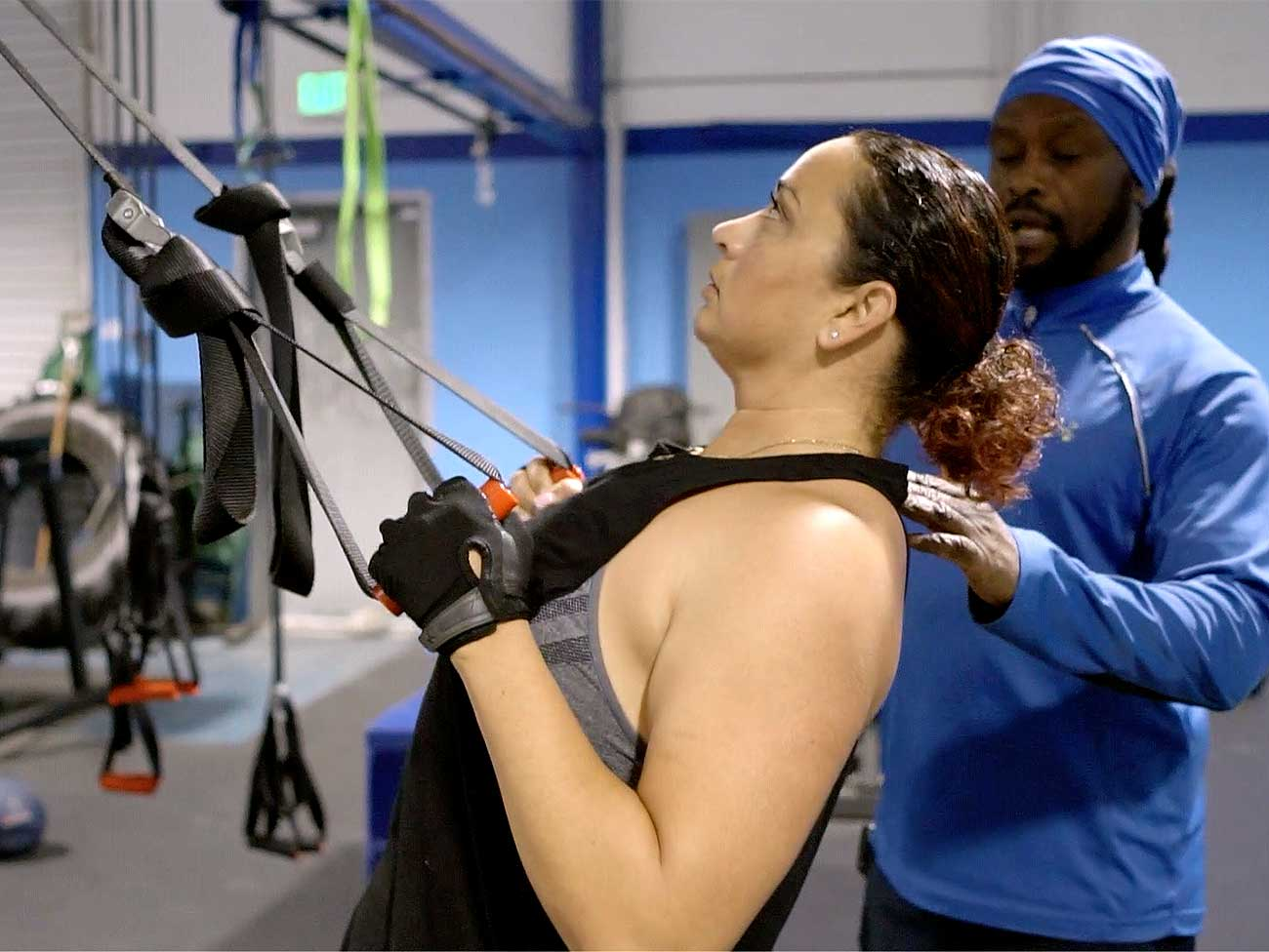 Kaiser Permanente member Michelle Wofford working out at the gym with a personal trainer.